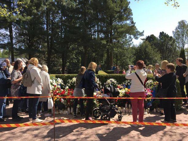 Mauno Koiviston haudan edusta oli rajattu keltapunaisella muovinauhalla. Moni pysähtyi ottamaan kuvan presidentin viimeisestä leposijasta.