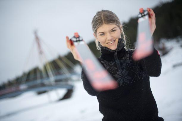 Vilma Nissinen opiskelee hiihdon lomassa ammattikorkeakoulussa.