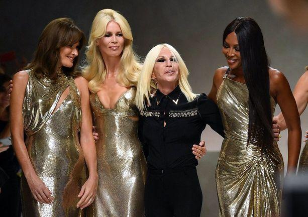 Carla Bruni, Claudia Schiffer ja Naomi Campbell tapasivat catwalkilla Donatella Versacen.