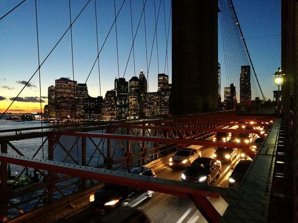 Koe kaupungin iltatunnelmaa Brooklyn Bridgellä.