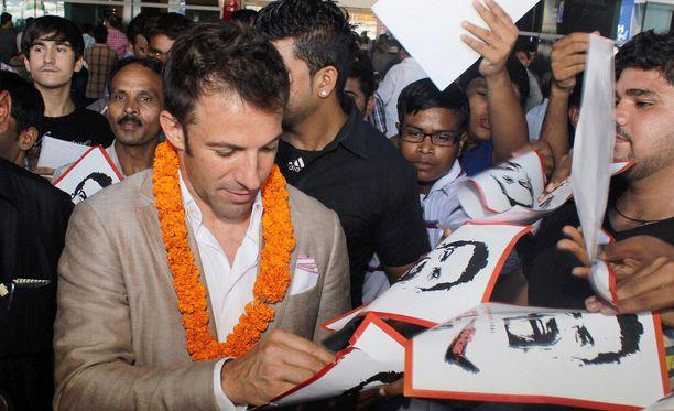 Alessandro Del Piero jakoi nimikirjoituksia New Delhin lentoasemalla.