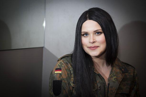 Sara Forsberg käyttää usein julkisuudessa peruukkeja.