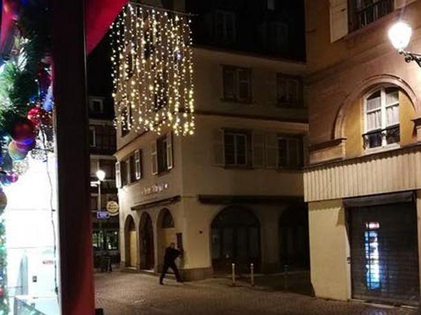 Kolme on kuollut ja yli kymmenen haavoittunut ammuskelussa Strasbourgin vanhassakaupungissa.