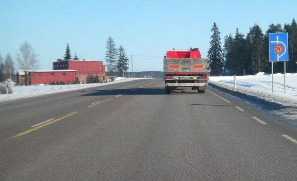 Autoilijoilta tuppaa unohtumaan, että leveälläkin kaistalla pitää ajaa kaistan oikeaa reunaa.