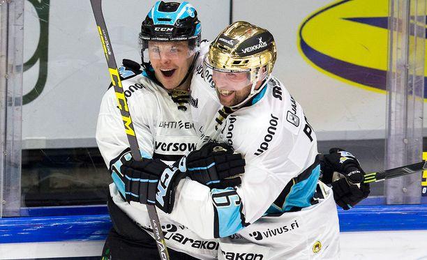 Aleksi Rekonen ja Ryan Potulny juhlivat Pelicansin 2-1-maalia.