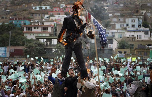 """""""Polta Koraani"""" -päivän keksineen pastorin Terry Jonesin näköisnukkeja poltettiin eilen Kabulissa."""
