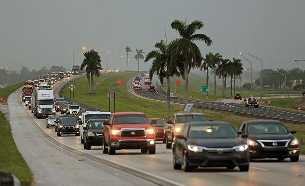 Sadat tuhannet ihmiset ovat lähteneet Floridasta myrskyn alta suojaan.