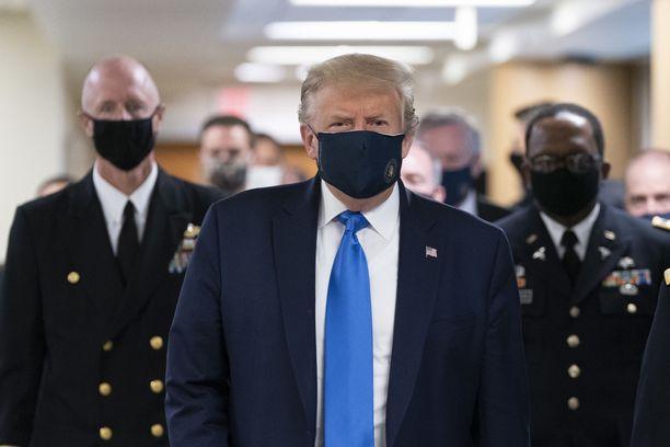 Donald Trump käytti kasvomaskia vierailullaan Walter Reed -sotilassairaalassa.