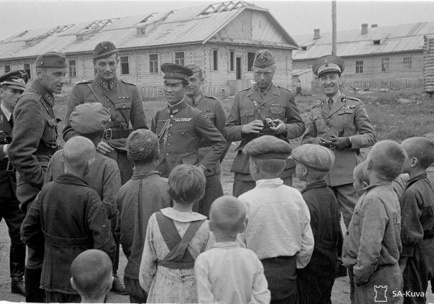 Sotilasjohtoa vierailulla Äänislinnan leirillä kesällä 1942.