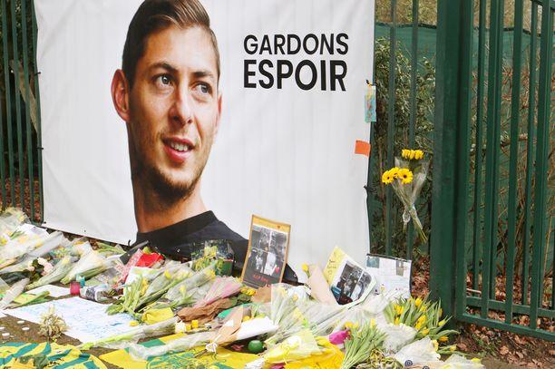Kuva Nantesin harjoituskeskuksen ulkopuolelta, kun julkisuuteen oli tullut tieto Emiliano Salaa kuljettaneen koneen katoamisesta.