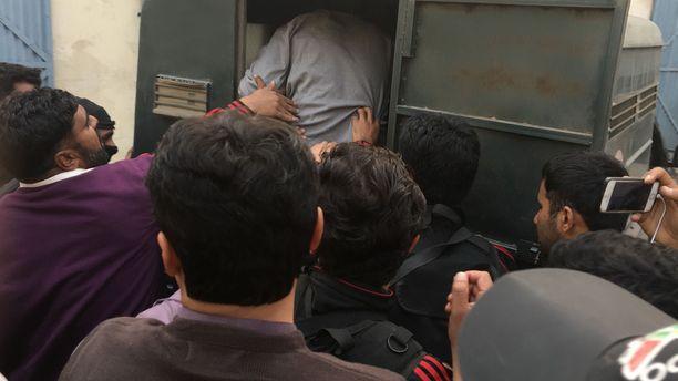Näin Imran Khania työnnettiin poliisiautoon tammikuussa Lahoressa.