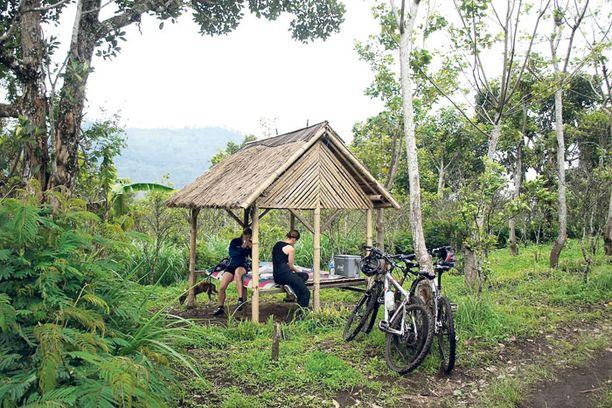 Gunung Batur -vuorelle järjestetään tiukkoja pyöräretkiä. Retkilounas nautitaan bambumajassa.