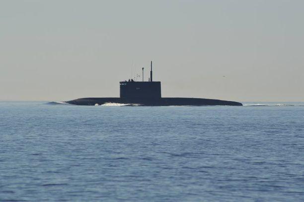 Kolmihenkinen purjehdusseurue havaitsi vappupäivänä sukellusveneen kansainvälisellä vesialueella keskellä Suomenlahtea.