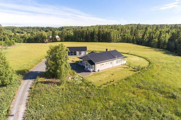 Tässä on maalaisidylliä parhaimmillaan! Omakotitalo sijaitsee 2 hehtaarin tontilla Ylöjärven Lakialassa. Tien toisella puolella on muutama omakotitalo, mutta muuten koti on ylhäisessä yksinäisyydessään.