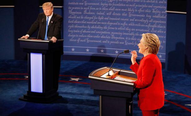 Donald Trump ja Hillary Clinton ottivat yhteen vaaliväittelyssä maanantaina.