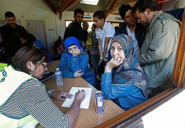 Syyriasta ja Irakista tulleet pakolaiset rekisteröityivät vapaaehtoisjärjestön tiloissa Pariisin lähellä keskiviikkona.