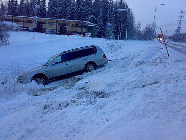 Auto suistui ojaan Järvenpäässä.
