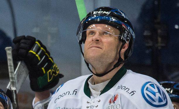Martti Järventie paikkaa HPK-puolustuksen loukkaantumisaukkoa.
