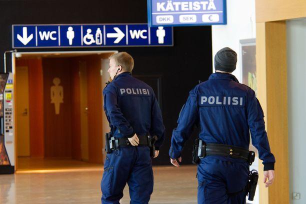 Poliiseja oli paikalla useita.
