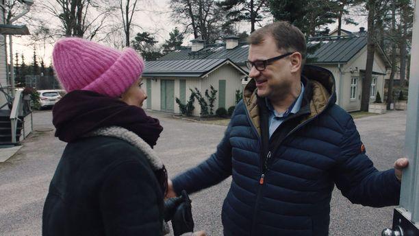 Juha Sipilä tulee itse avaamaan Kesärannan portin Maria Veitolalle. - Eikö täällä ole palvelusväkeä, Veitola kyselee.
