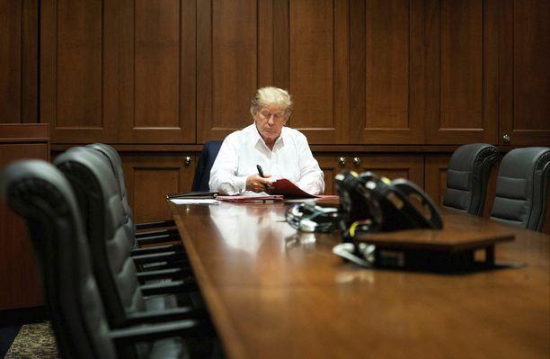 Tällaisena Donald Trump esiintyi julkisuudessa koronavirustartunnan julkistuksen jälkeen.