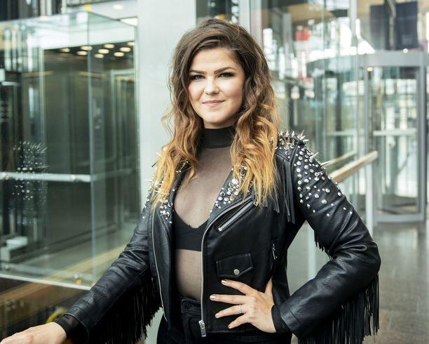 Saara Aalto on tunnettu suomalainen laulaja-lauluntekijä. Aalto on osallistunut esimerkiksi The Voice of Finland -kisaan sekä The X Factor -ohjelmaan. Aalto edusti Suomea vuoden 2018 euroviisuissa.