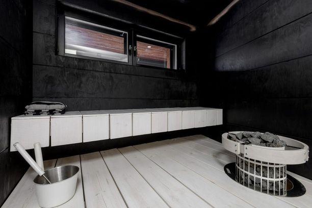 Modernissa saunassa sallittuja ovat muutkin värit kuin ruskea. Rohkea värimaailma syntyy yhdistelemällä mustaa ja valkoista.
