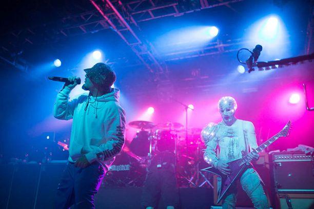 Yhtye jatkaa seuraavaksi Venäjälle, jossa heillä on yhdeksän keikkaa ennen marraskuun loppua. Joulukuu ja tammikuu menee studiossa ja kiertue jatkuu helmikuussa Englannissa.