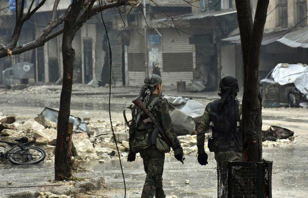 Syyrian virallisen SANA-uutistoimiston tänään julkaisemassa kuvassa syyrialaisjoukkoja marssimassa itäisessä Aleppossa.
