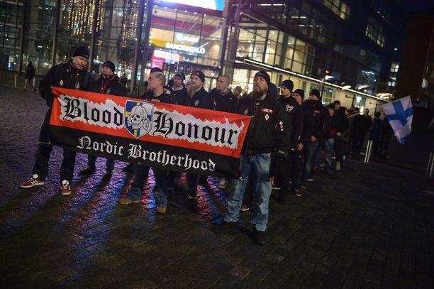 """""""Veri ja kunnia"""" -kyltit kuuluvat selkeästi uusnatsien aatteeseen. Näitä nähtiin Soldiers of Odin -marssissa."""