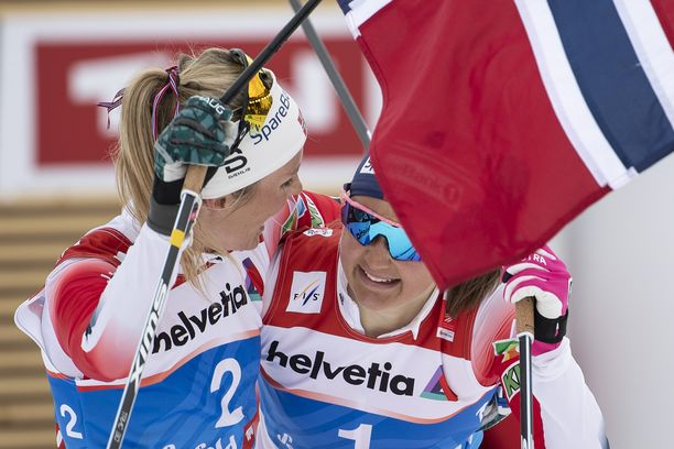 Norjalaiset Therese Johaug (vas.) ja Ingvild Östberg tekivät yhteistyötä pyhänä Kanadassa.