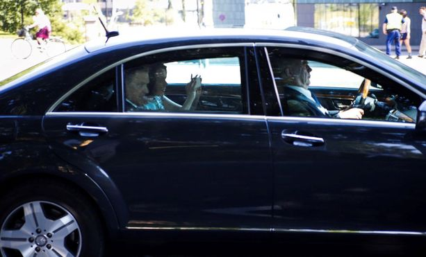 Myös presidentti Sauli Niinistöä ja rouva Jenni Haukiota kuljettava auto kulki tänään Mannerheimintietä pitkin.