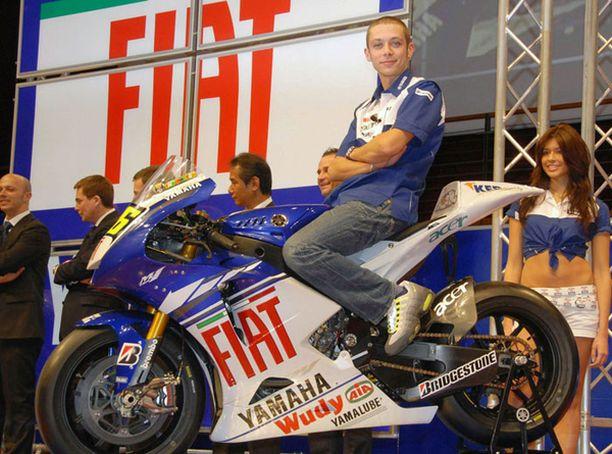 Valentino Rossi hymyili vielä perjantaina auliisti uuden Yamahansa päällä.