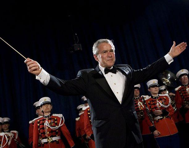 Presidentti Bush pääsi myös kokeilemaan kapellimestarin taitojaan Yhdysvaltain merijalkaväen yhtyeen kanssa.