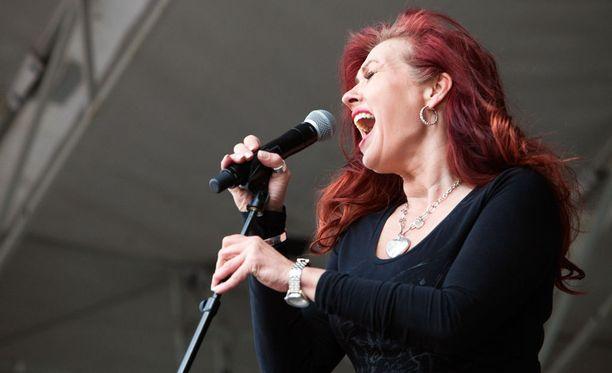 Vaikka MS-tauti on pakottanut Saija Varjuksen varhaiseläkkeelle, laulaja tekee silti satunnaisia lauluesityksiä.