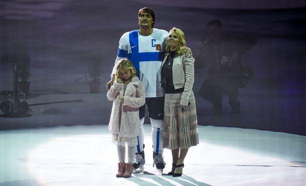 Veera ja Sirpa Selänne olivat Teemun rinnalla, kun Jääkiekkoliitto jäädytti kiekkolegendan Laeijona-paidan Helsingissä joulukuussa 2015.