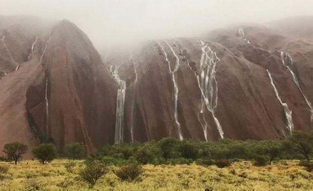 Alkuasukkaiden pyhästä paikasta Ulurusta virtaa vesiputouksia.