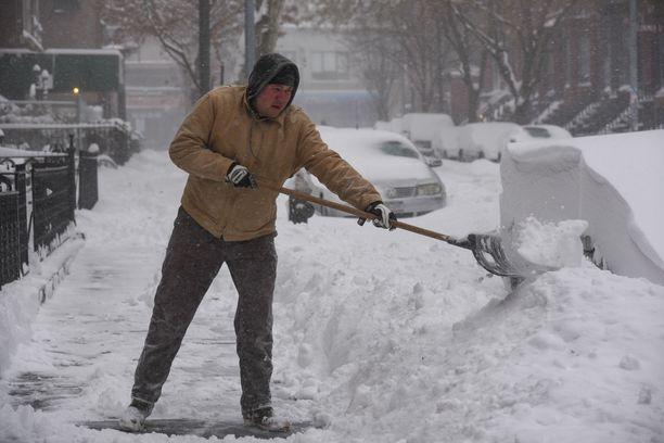 Naapuri huijasi muut tekemään lumityöt ja esitti selkäkipuista.