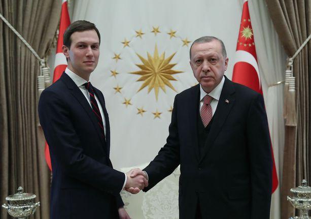 Turkin presidentinkanslian julkaisemassa kuvassa Jared Kushner ja Turkin presidentti Erdogan paiskaavat kättä Ankarassa keskiviikkona 27.2.2019.