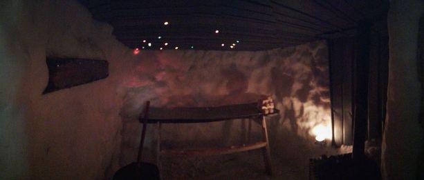 Jouluvalot luovat lumisaunaan tunnelmallisuutta.
