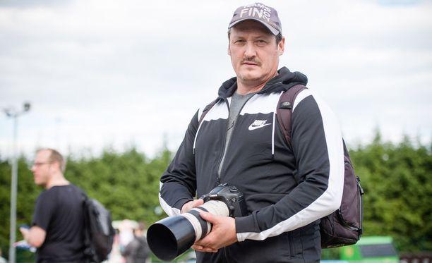 Kimmo Kinnunen kiertää yleisurheilukisoja kameransa kanssa. Hän nauttii urheilun ja luonnon kuvaamisesta.