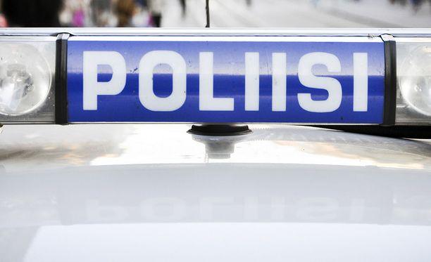 Poliisi joutui ampumaan taksin teräaseella uhaten kaapannutta miestä varhain sunnuntaina Joensuussa. Kuvituskuva.