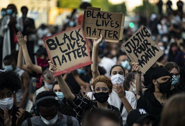 Mielenosoittajat kantoivat Black Lives Matter -kylttejä tiistaina Miamissa.