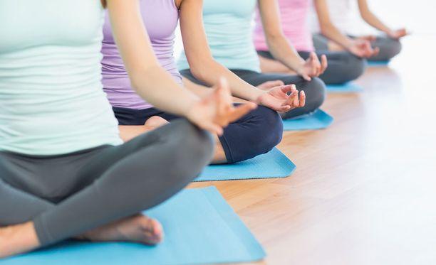 Aineenvaihdunta toimii paremmin, kun muistaa myös rentoutua. Jooga on monen mielestä hyvä tapa hillitä stressiä.