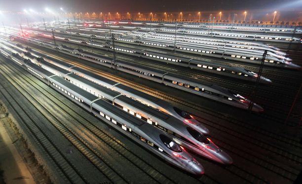 Kiinan valtion rautatieyhtiön rakentamia luotijunia Wuhanin kaupungissa keskisessä Kiinassa.