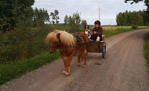 Kati Jalonen Askolasta vie protestiksi tyttärensä esikoulukyytiin ponilla.