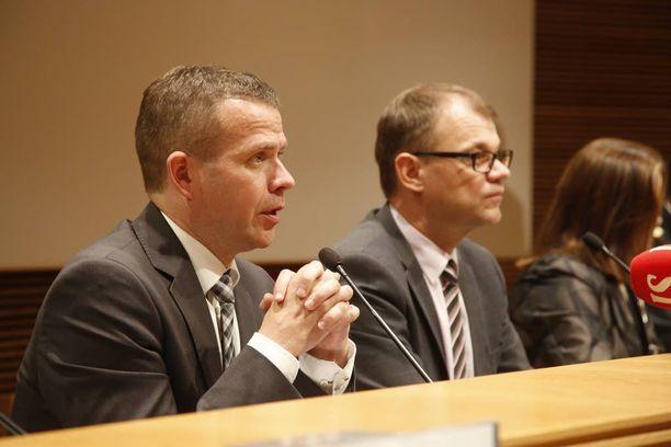 Sisäministeri Petteri Orpo (kok) ja pääministeri Juha Sipilä (kesk) sanovat, että häiriöt vastaanottokeskusten ympärillä ovat lisääntyneet. Syyllisiä ovat sekä turvapaikanhakijat että kantasuomalaiset.