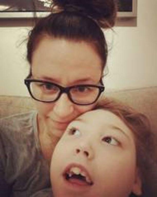 Saattohoidossa oleva Ella on ollut viime kuukausina itkuinen ja nukkunut paljon. Äiti Miira Lahti pitää tärkeänä, että tyttö saa olla loppuun asti kotonaan.