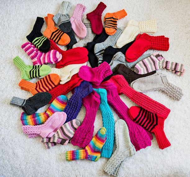 Urakka valmis! Nämä 80 villasukkaparia Maija-Riitta Sirenius lahjoitti hyväntekeväisyyteen.