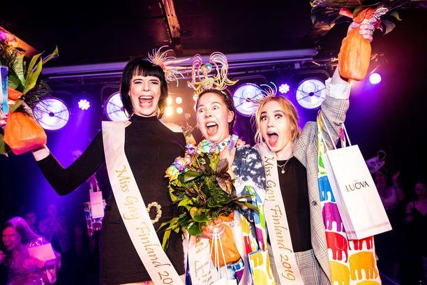 Lotta Jäppinen (keskellä) on uusi Miss Gay Finland.